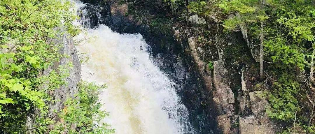 Lac Superieur的水边地段,可欣赏阿坎巴特瀑布美景